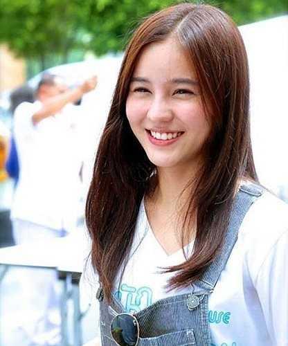 Aom tốt nghiệp cử nhân khoa Mỹ thuật đại học Srinakarinwirot Prasarnmit, Thái Lan.