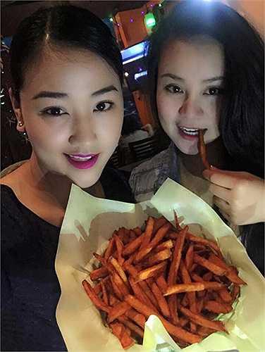 Không chỉ Maya, Vy Oanh cũng là sao nữ bí mật sinh con ở Mỹ. Cả hai người đẹp thường xuyên gặp gỡ, đi dạo cùng nhau.