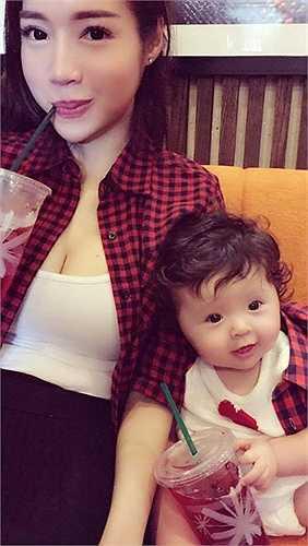 Được biết, bố Cadie là người ngoại quốc, thế nên bé sở hữu vẻ đẹp lai vô cùng dễ thương.