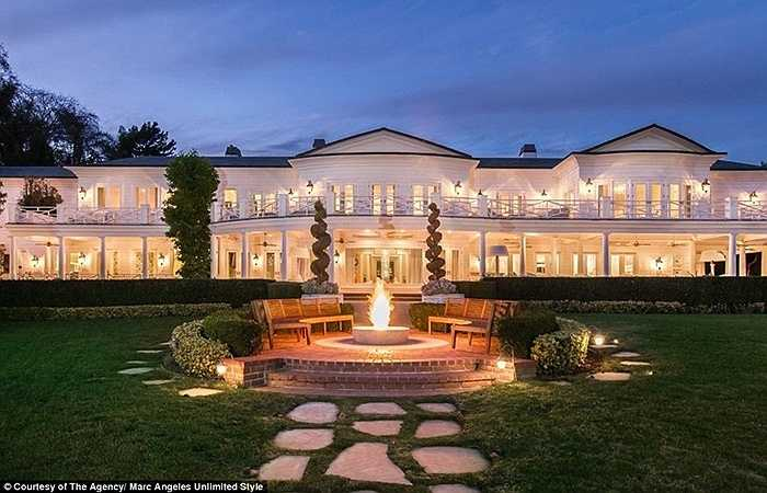 Max Azria - nhà thiết kế thời trang nổi tiếng của Mỹ sở hữu một căn biệt thự rộng tới gần 3.000m2 tại đồi Holmby, Los Angeles, Mỹ.