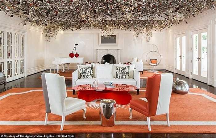 Phòng khách được trang trí bằng những lá vàng sang trọng cùng với nội thất độc đáo