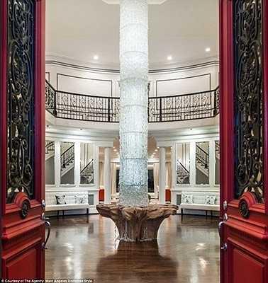 Đèn trang trí tại sảnh chính được làm từ 150.000 viên đá quý và có chiều cao tương đương với 2 tầng nhà