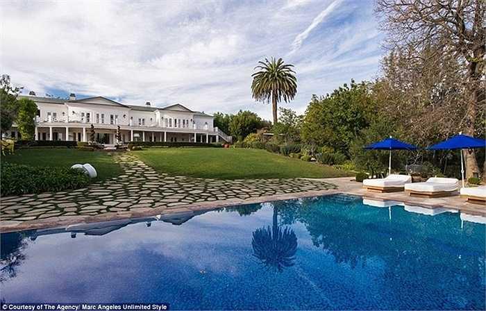 Còn ở sân sau là hồ bơi nhỏ trông giống như một khu nghỉ dưỡng thực sự