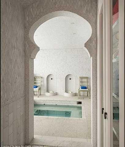 Còn nhà tắm rộng rãi được trang bị cả bể sục, thiết bị xông hơi và massage