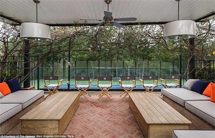 Thậm chí còn có cả một sân tennis trong nhà