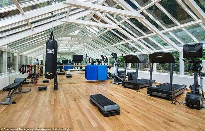 Phòng tập gym với phần mái được lắp đặt những ô cửa kính
