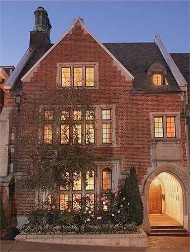 Ngôi nhà được thiết kế tạo cảm giác cổ kính và ấm cúng
