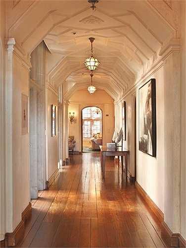 Tất cả lối đi trong nhà đều rất rộng do trần nhà được thiết kế cao.