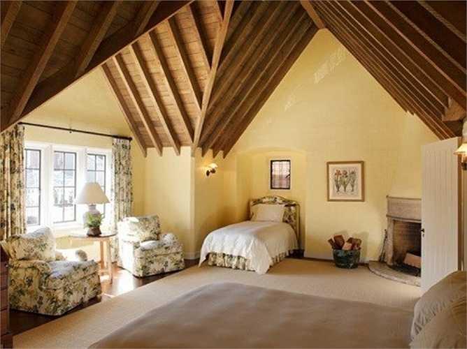 Trần nhà trong phòng ngủ được thiết kế rất độc đáo