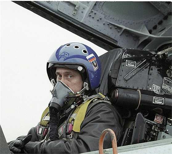 Tổng thống Putin ngồi trong buồng lái chiến đấu cơ Su-27 từ Krasnodar tới Chechnya để trao thưởng cho binh lính vào năm 2000