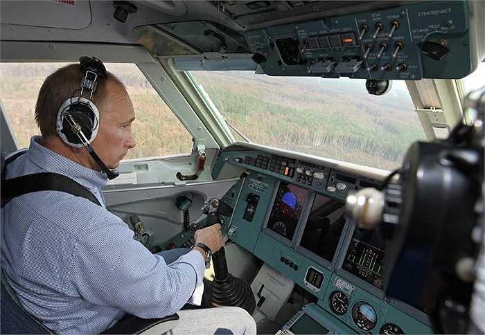 Ông Putin ngồi trên chiếc máy bay BE 200 năm 2010