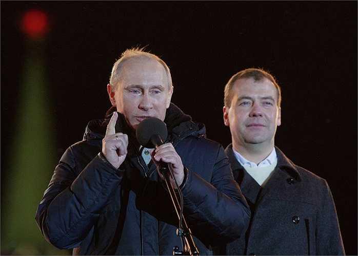Tổng thống Nga Putin và Thủ tướng Dmitry Medvedev trong một cuộc mít tinh
