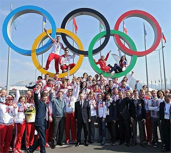 Nhà lãnh đạo Nga chụp ảnh cũng các vận động viên chiến thắng trong Thế vận hội mùa đông Sochi 2014