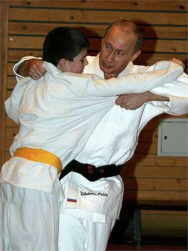 Tổng thống Putin thi đấu Judo với em học sinh trường Thể thao ở St. Petersburg năm 2005