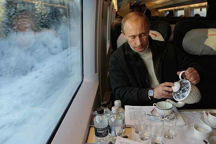 Ông Putin ngồi trên chuyến tàu cao tốc Sapsan từ Matxcơva tới St. Petersburg ngày 19/12/2008