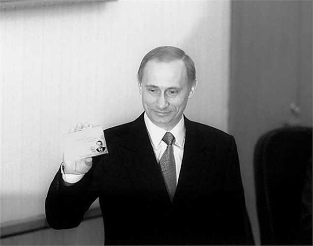 Vladimir Putin giơ thẻ ứng cử viên tranh cử Tổng thống tại Moscow ngày 15/2/2000.