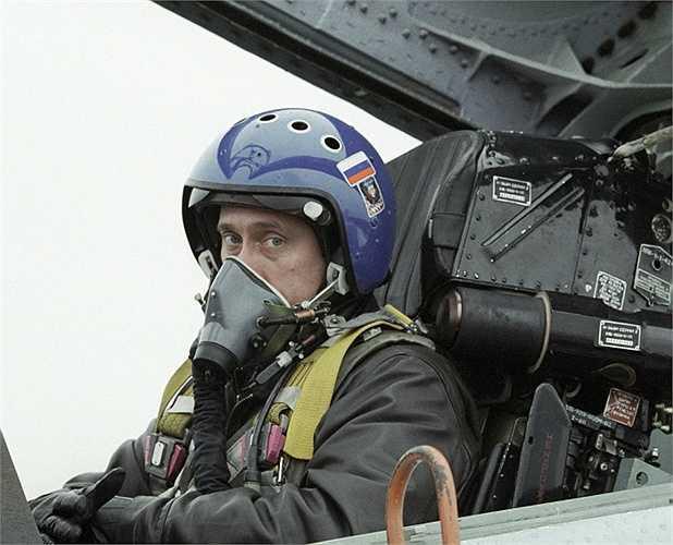 Tổng thống Nga Vladimir Putin trong buồng lái máy bay chiến đấu Su-27