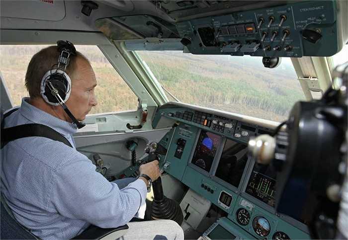 Ông Putin trực tiếp điều khiển thủy phi cơ Be-200 tham gia chữa cháy ở khu vực Ryazan năm 2010.