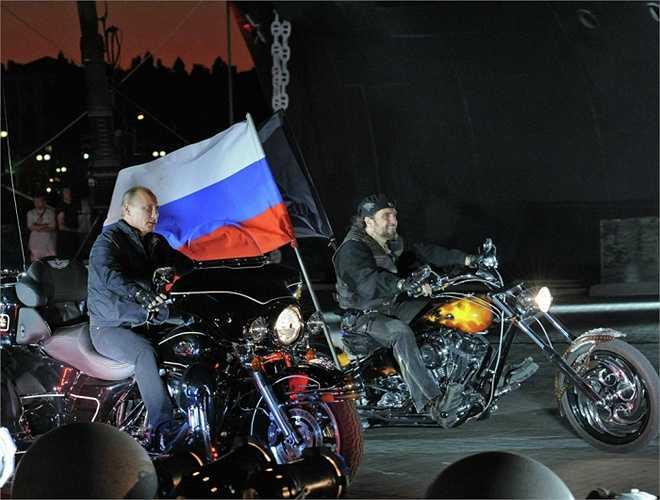 Putin và chủ tịch câu lạc bộ xe mô tô 'Wolves 'Night', Alexander Zaldostanov trong lễ hội xe mô tô thứ 16 ở Novorossiysk ngày 29/8/2011.