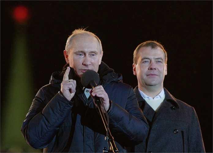 Vladimir Putin và Dmitry Medvedev tại cuộc biểu tình của Mặt trận nhân dân toàn Nga tổ chức tại Quảng trường Manezhnaya, Moscow năm 2012.