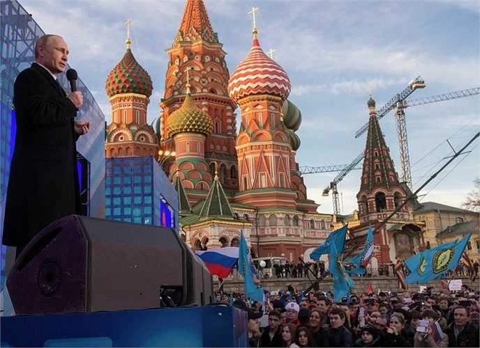 Tổng thống Nga Vladimir Putin phát biểu tại mít tinh kỷ niệm 1 năm ngày thống nhất Crưm với Nga 18/3/2015.