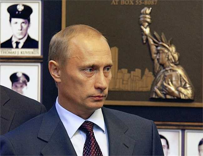 Tổng thống Nga Vladimir Putin đến thăm Sở Cứu Hỏa của New York trên đảo Randall để tưởng nhớ những nhân viên cứu hỏa thiệt mạng trong vụ khủng bố ngày 11/9/2001.