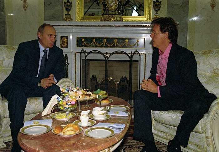 Tổng thống Vladimir Putin gặp cựu thành viên của ban nhạc The Beatles, Paul McCartney tại điện Kremlin, Moscow ngày 26/5/2003.