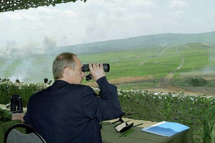 Tổng thống Nga Vladimir Putin tham gia cuộc diễn tập quân sự 'Mobility - 2004 ở Sergeyevsky.