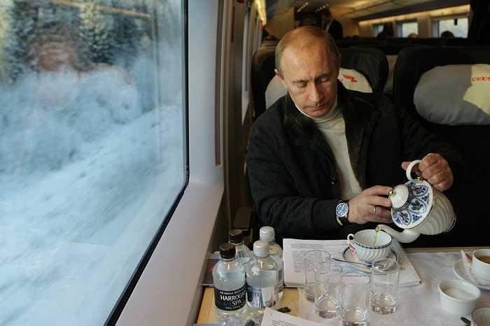 Vladimir Putin trên tàu cao tốc Sapsan nối Moscow và St. Petersburg ngày 19/12/2009.