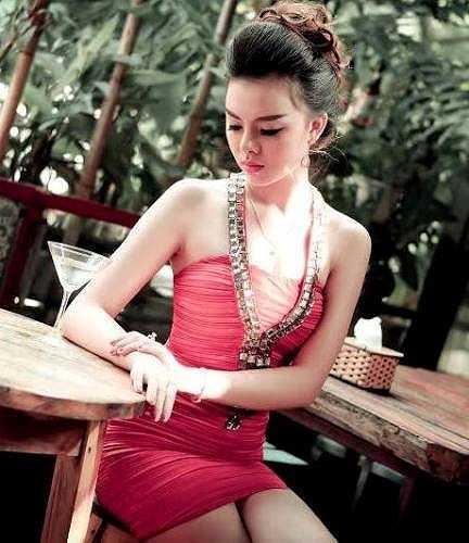 Đa số các thí sinh đều lựa chọn những bộ váy quây quyến rũ, khoe dáng gợi cảm
