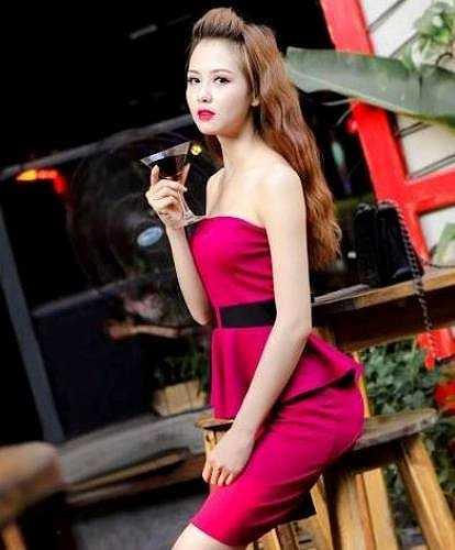 Huyền Giang diện bộ váy quây đỏ làm nổi bật làn da trắng của cô.