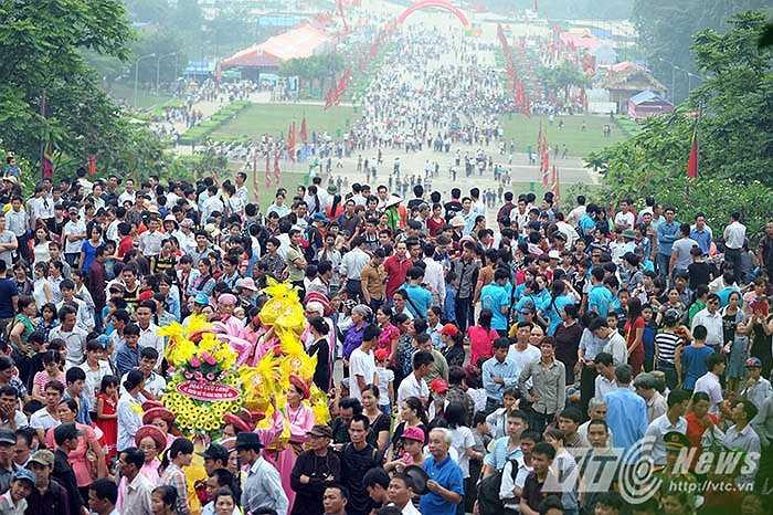 Ngay từ sáng sớm, dòng người đổ về Khu di tích Đền Hùng đã rất đông, kiên trì nhích từng bước để lên núi Nghĩa Lĩnh nơi đặt đền thờ các vua Hùng.
