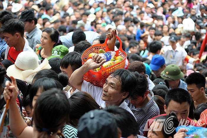 Vẻ mệt mỏi của du khách khi vượt qua được đám đông để lên khu đền chính. (Ảnh: Việt Linh)