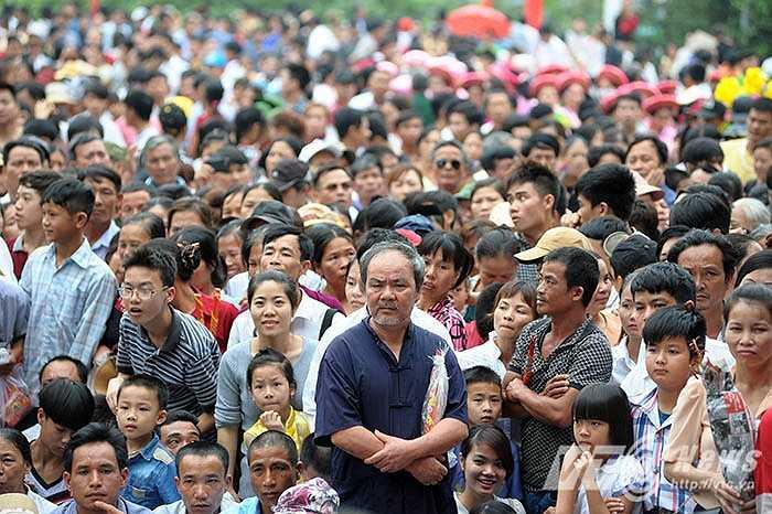 Người dân kiên nhẫn chờ đợi đến giờ lối lên khu đền chính được mở.