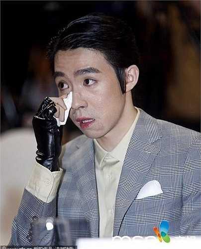 Du Hạo Minh từng là sao trẻ triển vọng của showbiz Hoa ngữ khi nhanh chóng được chú ý nhờ phim Cùng ngắm mưa sao băng. Năm 2010, Du Hạo Minh gặp tai nạn bỏng kinh hoàng trên phim trường. Mất hơn 4 năm chữa trị, gương mặt của anh thay đổi với nhiều vết sẹo loang lổ. Các nhà làm phim vì thế cũng không còn mặn mà với tài tử sinh năm 1987. Kịch bản phim dần dời xa Du Hạo Minh.