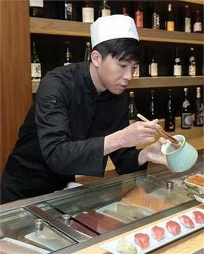 Để kiếm sống, hiện nay, anh mở một cửa hàng chuyên ăn uống. Ngày ngày, Du Hạo Minh đảm nhận vai trò ông chủ kiêm đầu bếp phục vụ khách hàng.