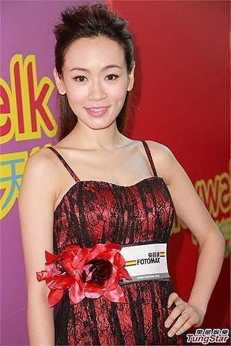 Sinh năm 1978, Dương Tư Kỳ đăng quang Hoa hậu Hong Kong 2001. Không những thế, cô còn giành luôn giải Hoa hậu ảnh. Cô nhanh chóng được lăng xê lên hàng sao hạng A.
