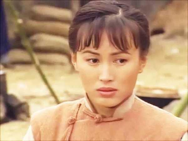Nổi tiếng với vai diễn Tú Xảo trong Ngày mai trời lại sáng, khi đang ở thời kỳ đỉnh cao, Trần Tú Văn đột ngột tuyên bố kết hôn với Lâm Quốc Hùng và đây có thể nói là sai lầm lớn nhất trong đời. Lâm Quốc Hùng đã nợ hàng chục triệu HKD, thậm chí còn bỏ trốn để mặc Tú Văn trả nợ.