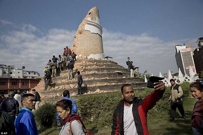 Hàng chục người vẫn thản nhiên trèo lên đống đổ nát của tòa tháp Dharahara - tòa tháp cao nhất Nepal nổi tiếng ở thủ đô Kathmandu để... chụp ảnh 'tự sướng'.