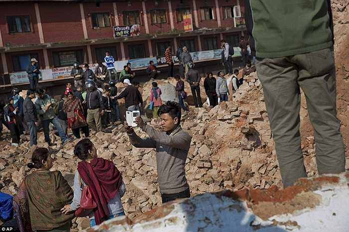 Họ dường như không quan tâm tới việc rằng đống đổ nát này cũng chính là một nỗi mất mát rất lớn của người Nepal.