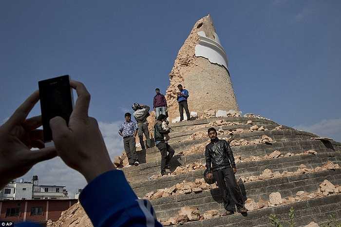 Trong khi hàng ngàn sinh mạng vẫn đang gặp nguy dưới đống đổ nát, vẫn có nhiều người dành thời gian để chụp ảnh tòa tháp Dharahara dù nay nó chỉ còn là một đống đổ nát.