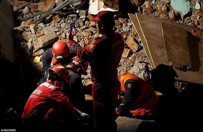 Một thành viên của đội cứu hộ Trung Quốc chụp ảnh 'tự sướng' trong khi đang tìm kiếm nạn nhân mắc kẹt trong khách sạn bị sập ở Kathmandu.