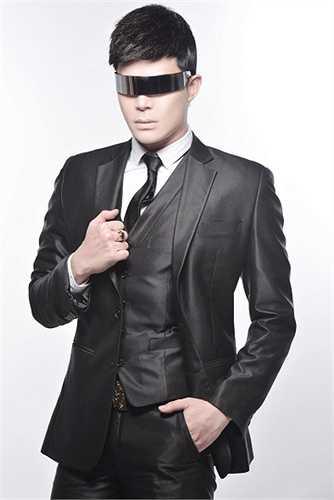 Anh diện lên mình bộ vest armani collezioni, áo chemise YSL, cravate Christian Lacroix, dây nịt Roberto Cavalli ton sur ton với nhẫn Cartier tiền tỷ.