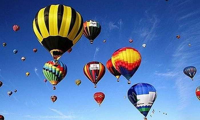Lễ hội Khinh khí cầu (30/4 - 2/5) sẽ diễn ra tại Khu đô thị Ecopark (Gia Lâm - Hà Nội) là một trong những hoạt động cực mới mẻ cho người dân trong dịp nghỉ lễ 30/4. Du khách sẽ được thử cảm giác bay liệng trên bầu trời bằng các khinh khí cầu khổng lồ, hoặc tham quan lòng khinh khí cầu.