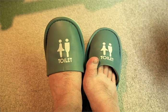 2. Dép đi trong toilet. Người Nhật Bản rất chú trọng tới sự sạch sẽ. Vì vậy, họ chia ra các địa điểm 'sạch sẽ' và 'không sạch'. Khi bước vào một vị trí 'không sạch' như toilet, mọi người cần tháo bỏ đôi giày của mình và sử dụng dép đi trong toilet và sau đó đi giày trở lại khi đã ở vị trí 'sạch sẽ'