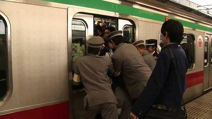 4. Tàu điện chật cứng người. Tàu điện là phương tiện di chuyển chủ yếu tại các thành phố đông đúc như Tokyo và điều này khiến cho các con tàu luôn chật cứng hành khách đứng ngồi chen chúc nhau