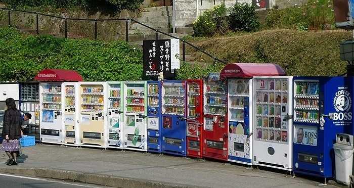 7. Máy bán hàng. Máy bán hàng ở Nhật Bản có thể bán cho bạn rất nhiều thứ, có thể kể tới: rau xanh, gà, cá, gạo, quần áo lót, ô đi nắng hay thậm chí cả các loại phim người lớn