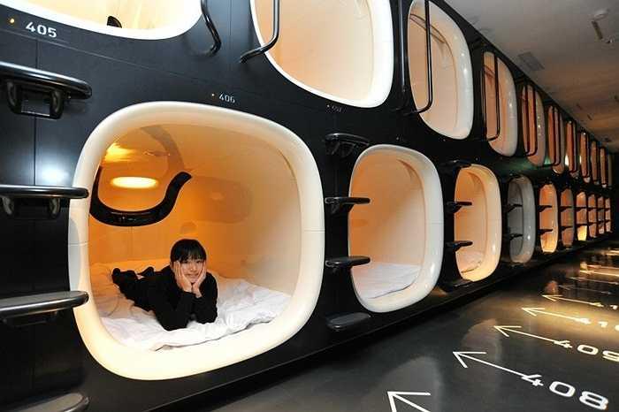9. Khách sạn khoang kín (capsule hotel). Đây là loại khách sạn phổ biến ở Nhật Bản. Với diện tích chật hẹp, mỗi phòng chỉ được trang bị đệm, TV nhỏ và điều hòa. Nó phù hợp với những người ít tiền và muốn có một chỗ nghỉ tạm thời