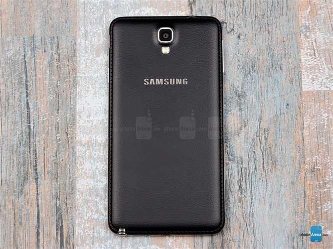 Samsung Galaxy Note 3 Neo: Đây là một phiên bản rẻ hơn và cấu hình thấp hơn của Note 3 nhưng nó vẫn được trang bị nắp lưng giả da như đàn anh của mình.