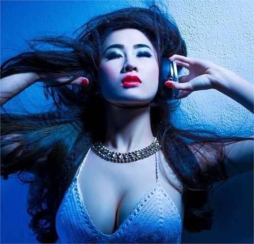 DJ Oxy sinh năm 1993, là cái tên đã không còn xa lạ trong thời gian gần đây. Cô sỡ hữu thân hình nóng bỏng, khuôn mặt đẹp, cùng khả năng chơi nhạc chuyên nghiệp.